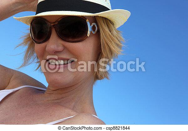 Mujer con gafas de sol y sombrero de paja - csp8821844