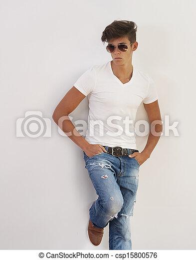 Retrato de joven guapo con gafas de sol - csp15800576