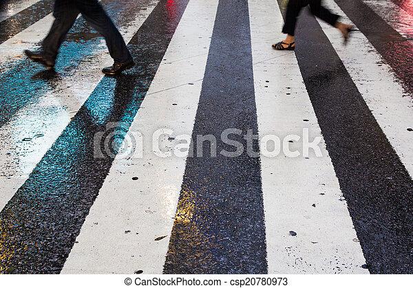 La gente de negocios cruza el camino bajo la lluvia - csp20780973