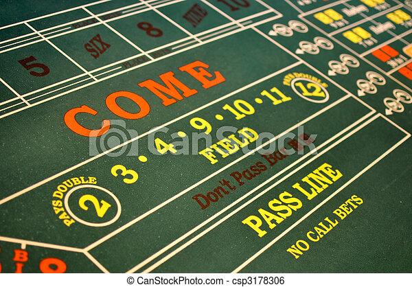 Mesa de dados ubicada en un casino - csp3178306