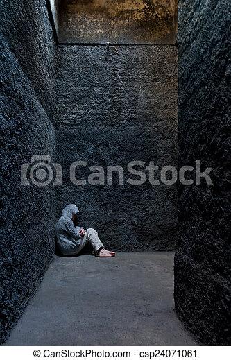 Mujer asustada y loca escondida en un rincón de un edificio antiguo. - csp24071061