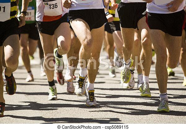 Mucha gente corriendo en un deporte - csp5089115