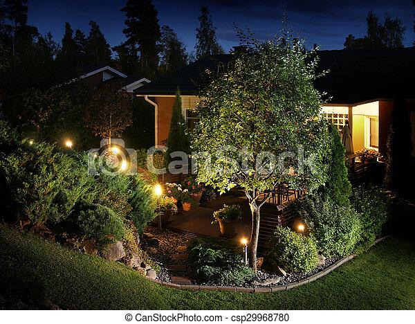Iluminación a las luces del jardín - csp29968780