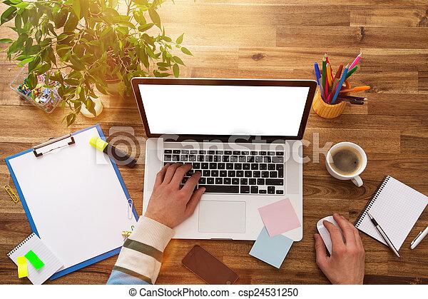 Lugar de trabajo oficina laptop oficina de madera for Oficinas para buscar trabajo