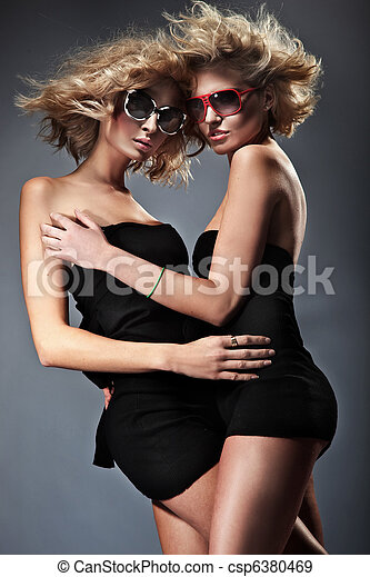 lunettes soleil port, deux, joli, femmes - csp6380469