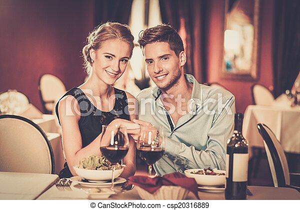 luxe, couple, lunettes, vin, jeune, rouges, restaurant, beau - csp20316889