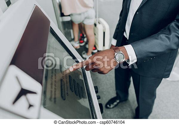 máquina atm, aeroporto, adulto, usando, homem - csp60746104