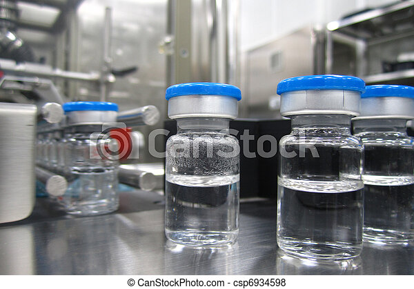 Botellas en la máquina de procesamiento de una planta farmacéutica - csp6934598