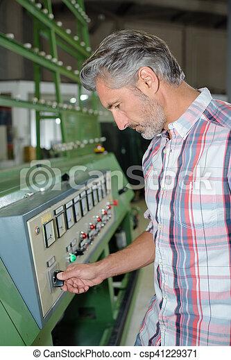 Programando la máquina - csp41229371