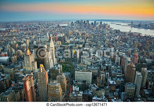 Vista aérea sobre el Manhattan inferior de Nueva York - csp12671471