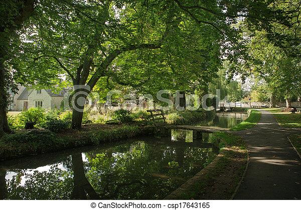 Vista del arroyo en la masacre inferior, Cotswold, Inglaterra - csp17643165