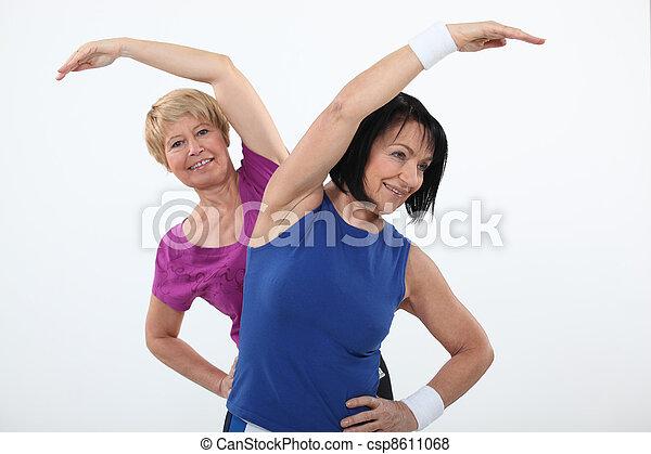 Mujeres mayores haciendo ejercicio - csp8611068