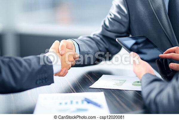 mãos sacudindo, escritório, pessoas negócio - csp12020081