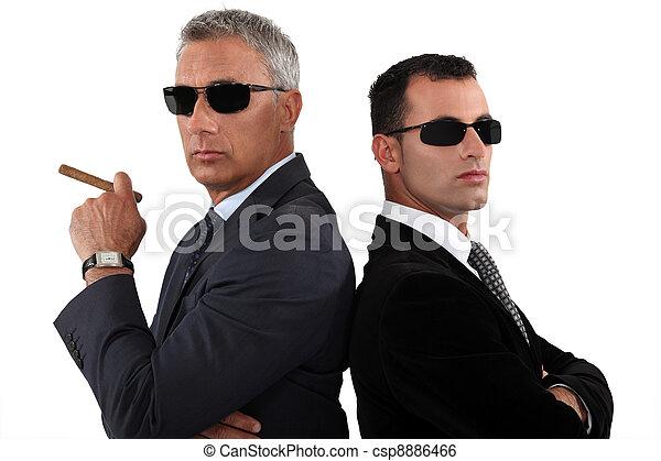 Mächtige Geschäftsleute mit Sonnenbrille - csp8886466