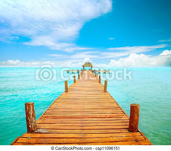 El concepto de vacaciones y turismo. Jetty en islas mujeres, México - csp11096151