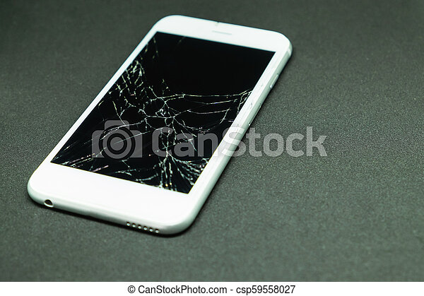 Concentración selectiva en la pantalla de teléfonos móviles agrietados - csp59558027
