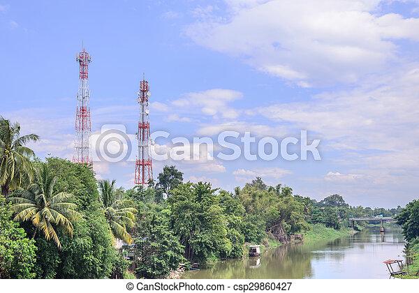 antena telefónica móvil cerca del río. - csp29860427