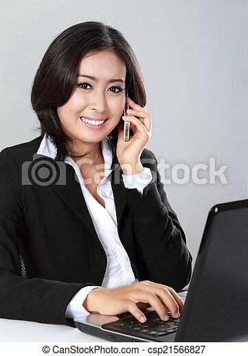 Mujer llamando usando teléfono móvil - csp21566827