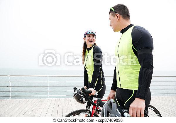 mówiąc, pieszy, bicycles, para, morze - csp37489838