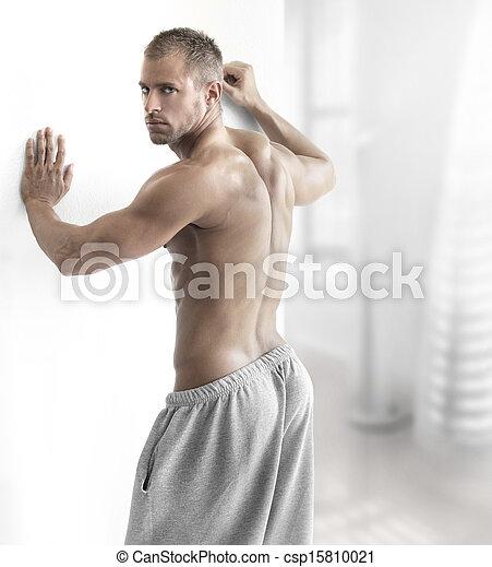 Hombre muscular contemporáneo - csp15810021