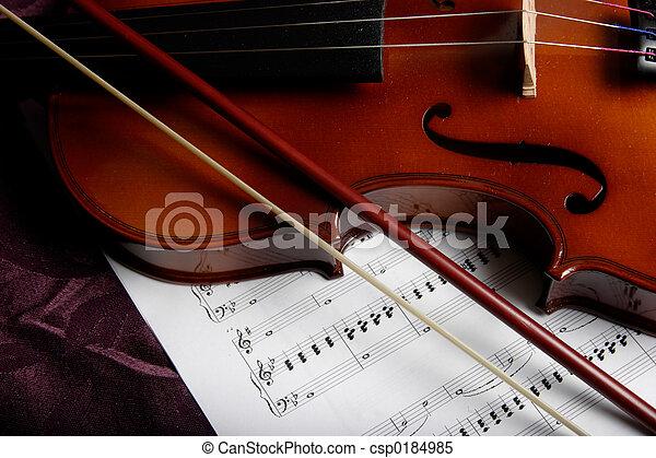 Violín encima de la partitura - csp0184985