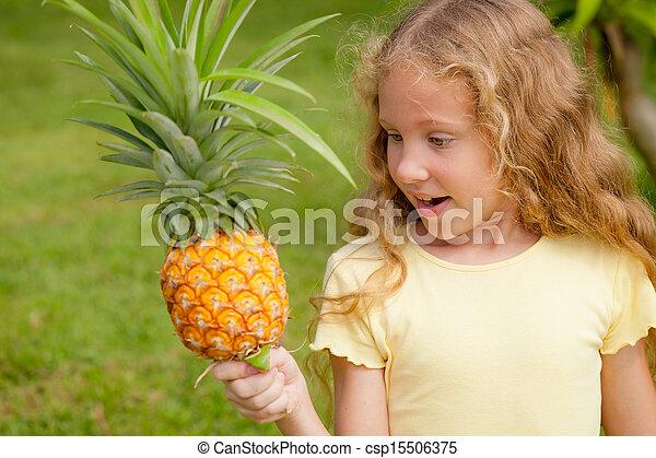 mały, ananas, dzierżawa wręcza, dziewczyna, szczęśliwy - csp15506375