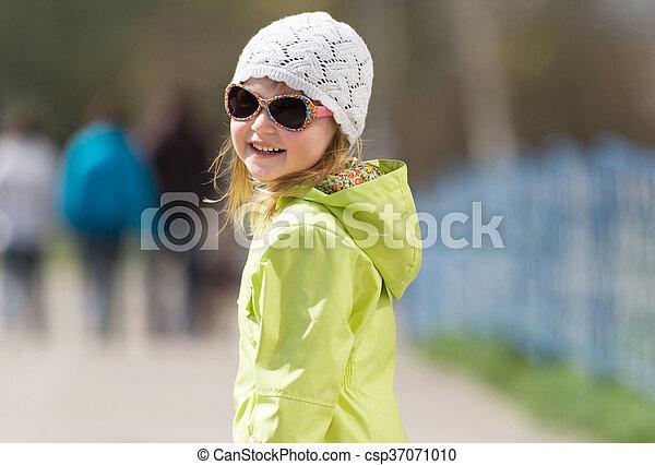 mały, sunglasses, uśmiechnięta dziewczyna - csp37071010