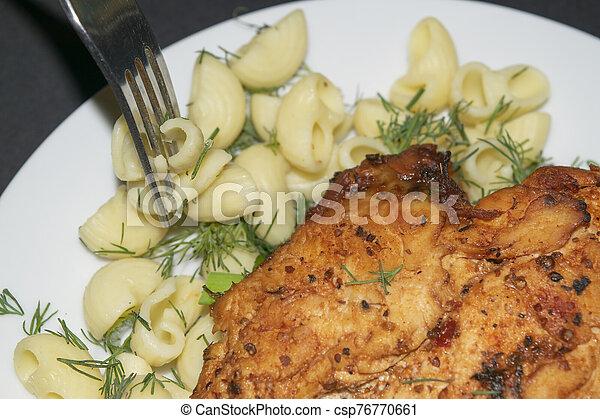 macarrones, especias, tenedor, pecho, hervido, pocos, metal, blanco, frito, hierbas, plato., pollo - csp76770661