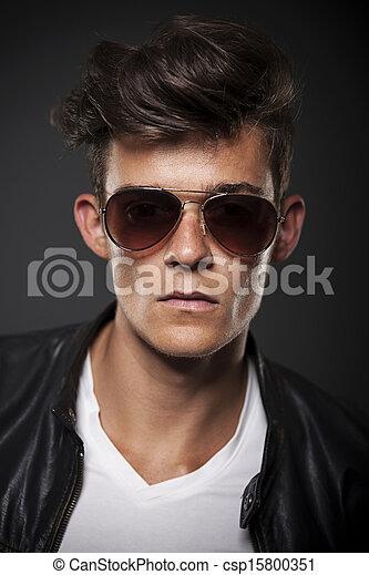 Retrato de modelo masculino con gafas de sol - csp15800351