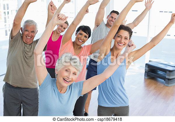 Portrait von lächelnden Menschen, die Fitnessübungen machen - csp18679418