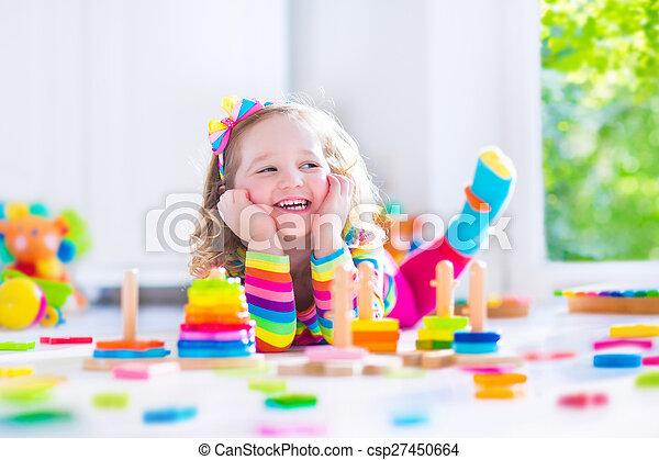 madeira, pequeno, tocando, menina, brinquedos - csp27450664