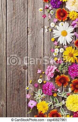 madeira sobre flores jardim fundo csp40827961
