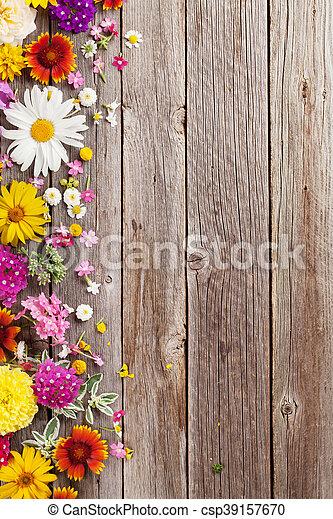 madeira sobre flores jardim fundo csp39157670