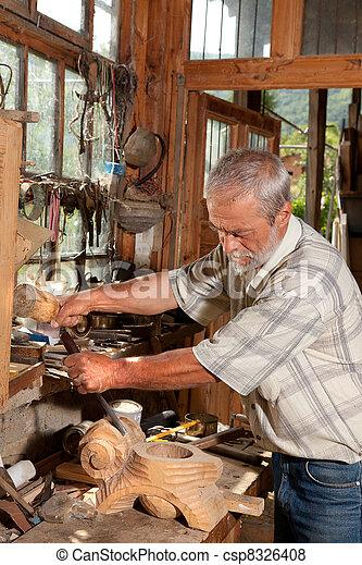 Trabajando con madera - csp8326408