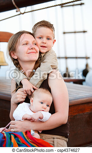 Feliz madre con dos hijos - csp4374627