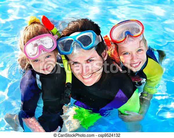 Niños con madre en la piscina. - csp9524132