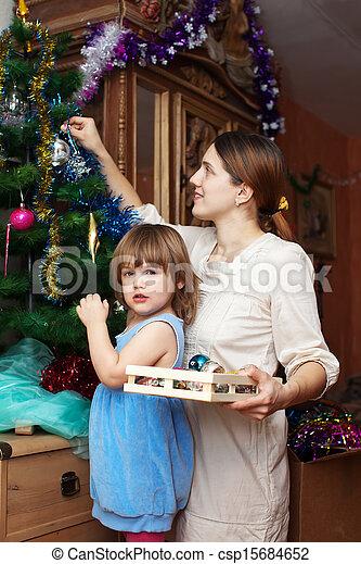 Madre y niña se preparan para Navidad - csp15684652
