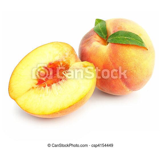 Frutas de durazno maduras con hojas verdes aisladas - csp4154449