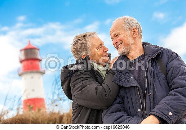 Feliz pareja madura relajando dunas bálticas de mar - csp16623046