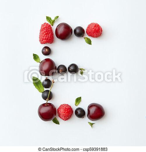 Patrón de frutas frescas del alfabeto E inglés de bayas maduras naturales, grosellas, frambuesas, hojas de menta aisladas en un fondo blanco. La mejor vista. - csp59391883