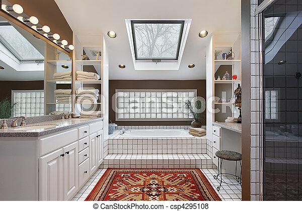 Baño maestro con claraboya - csp4295108