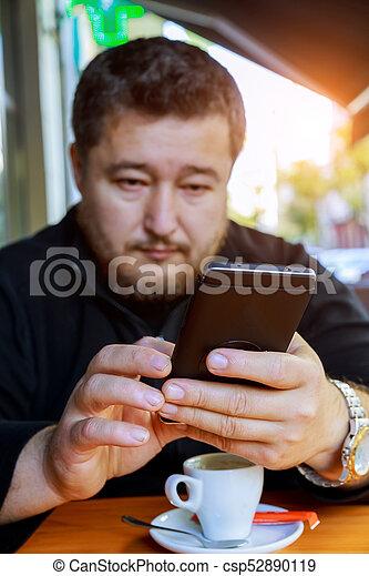 magasin, café, deux âges, téléphone, assied, homme - csp52890119