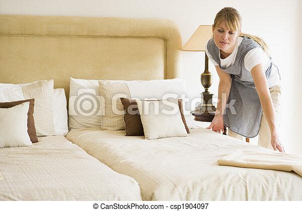 maid, hotelkamer, het maken van het bed - csp1904097