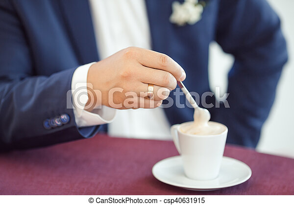 mains caf homme tasse caf tasse or whith cuill re photographie de stock. Black Bedroom Furniture Sets. Home Design Ideas