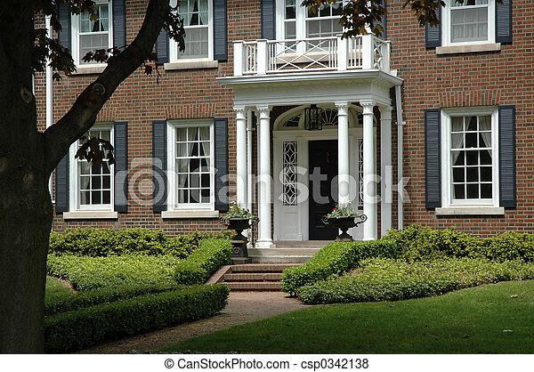 maison brique rouges pelouse jardin fleur maison urnes clair noir volets fer. Black Bedroom Furniture Sets. Home Design Ideas