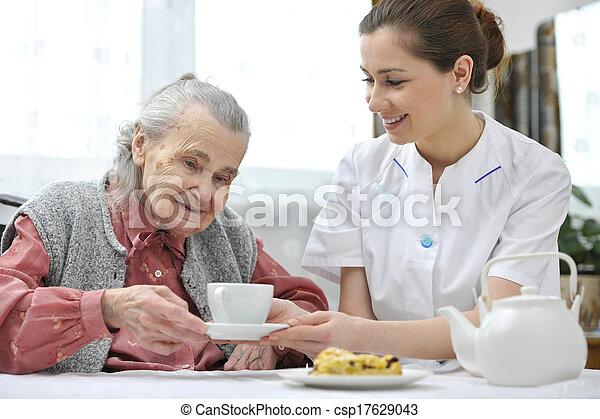 maison, personne agee, caregiver, femme - csp17629043