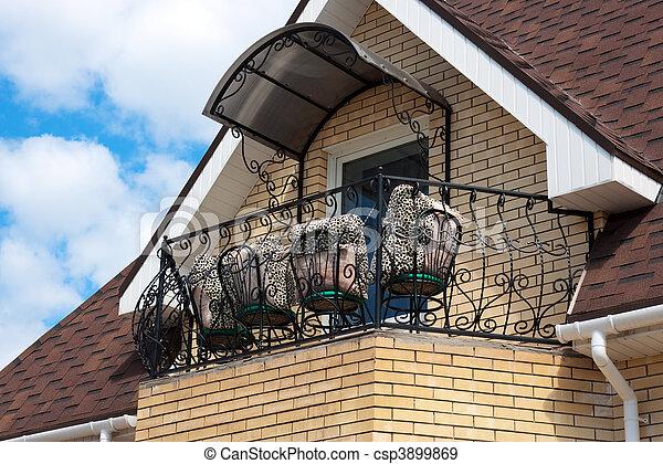 maison toit balcon chaises beau balcon oreillers photographies de stock rechercher. Black Bedroom Furniture Sets. Home Design Ideas