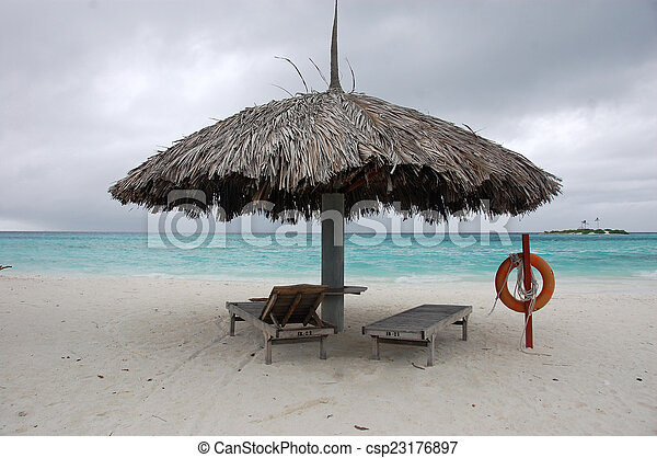 maldives parapluie soleil lifebuoy chaise longue plage photographies de stock. Black Bedroom Furniture Sets. Home Design Ideas
