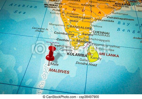 Roter Daumennagel In Einer Karte Mit Dem Hinweis Auf Malediven