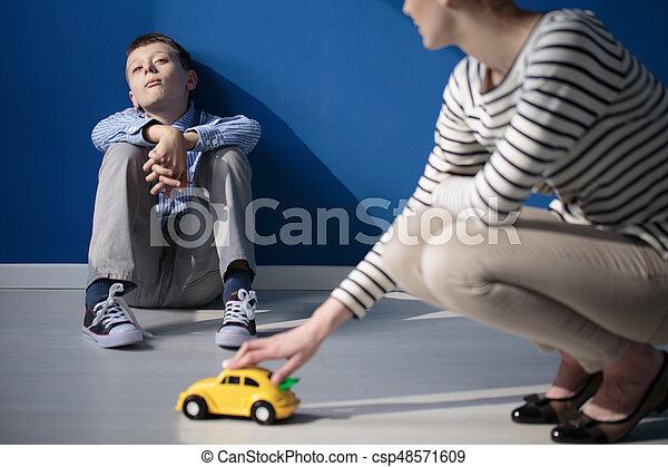 Mamá jugando con su hijo autista - csp48571609